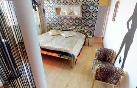 """Schlafzimmer mit erotischem Wandtattoo """"sex girl"""""""