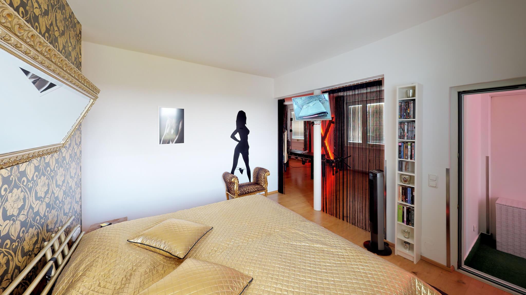 Großes Bett im Schlafzimmer mit Cam und Monitor für liveaction