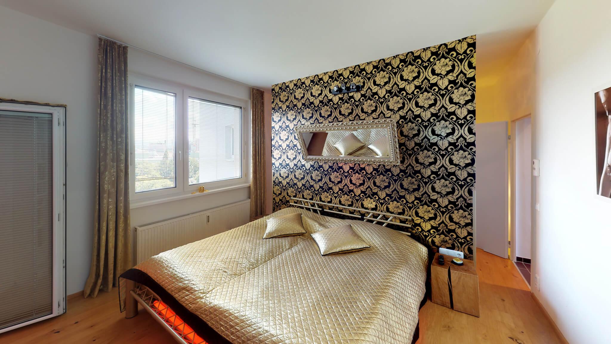 Spiegel über dem Bett für Beobachtungen im Bett