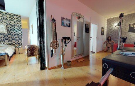 Blick auf schafzimmer mit SM Playroom