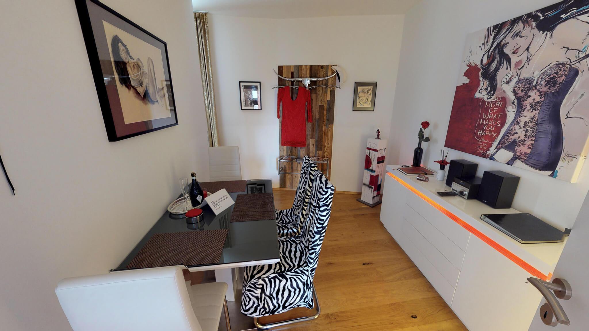 Bar - Esszimmer mit Zebrasessel & erotische Kunst