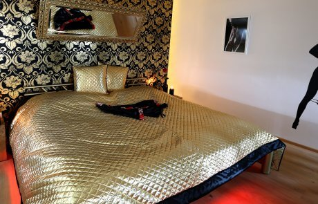 Goldenes Bett aus dem Schlafzimmer mit livecam